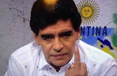 Maradona si scusa col ragazzino colpito in uno stadio