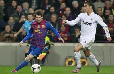 """Messi contro Cristiano Ronaldo, tra poco in campo per il """"Clasico"""" Barcellona-Real Madrid"""