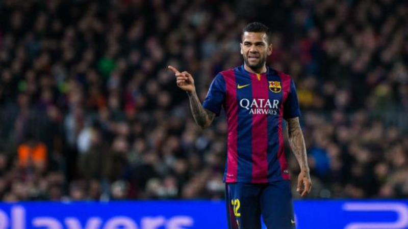 Dani Alves rinnova a sorpresa col Barcellona
