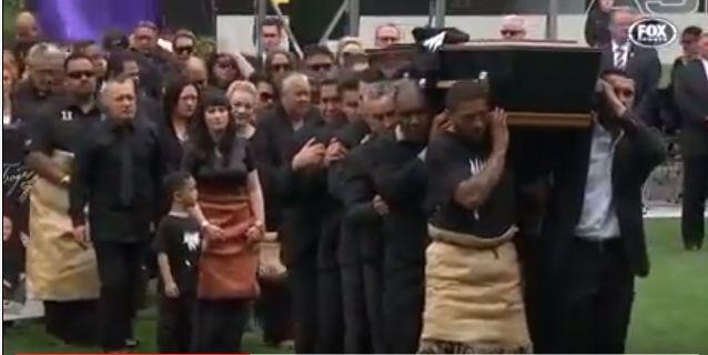L'haka da brividi degli ex All Blacks per l'addio a Jonah Lomu