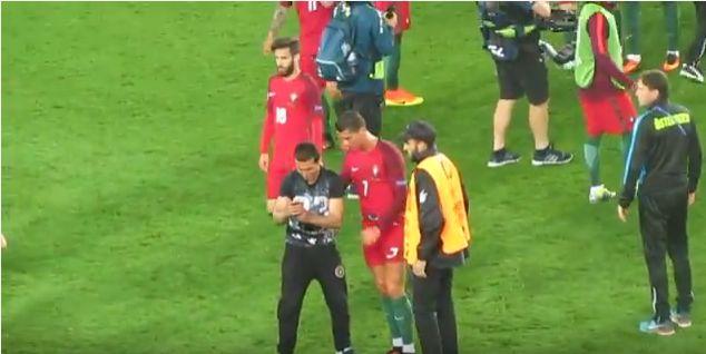 Cristiano Ronaldo e il selfie con l'invasore di campo
