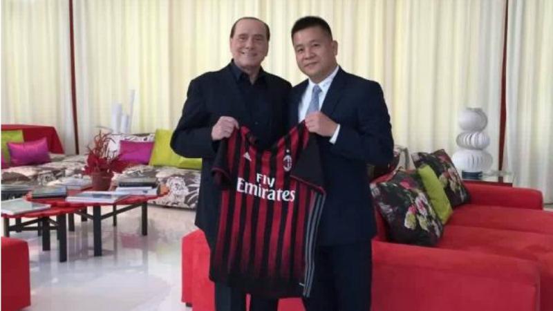 Berlusconi dopo la firma con Yonghong Li per il Milan