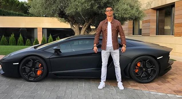 Ronaldo abbandona la Lamborghini in strada: aveva male al polso