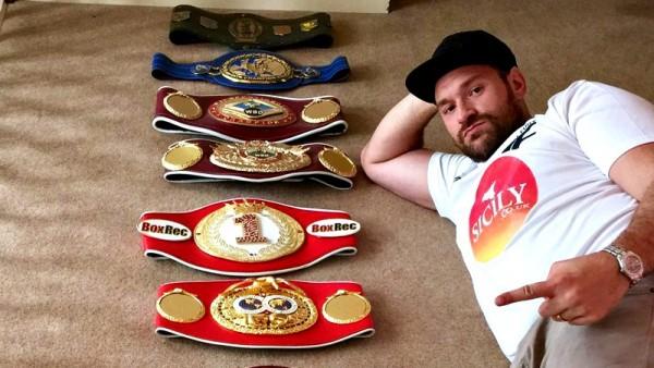 Tyson Fury depone le corone di campione del mondo dei pesi massimi