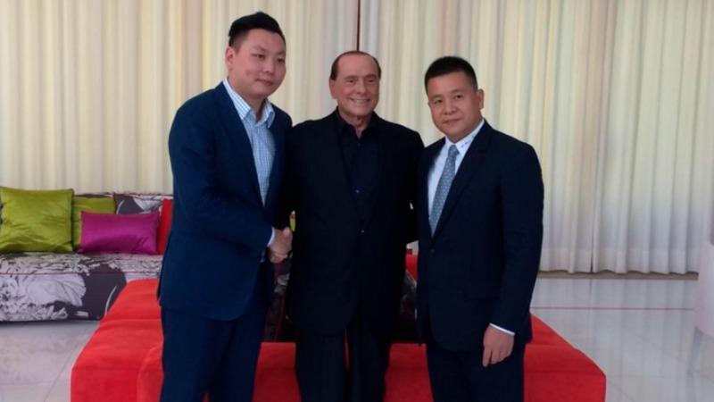 Berlusconi con i compratori cinesi del Milan
