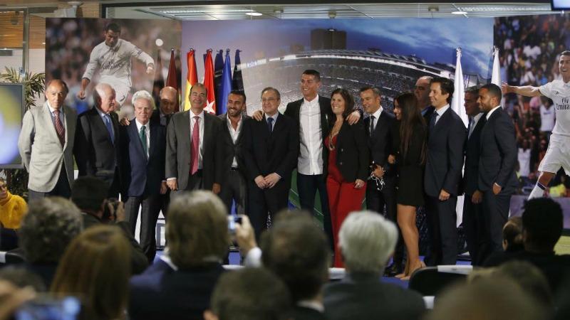 Cristiano Ronaldo dopo la firma del nuovo contratto
