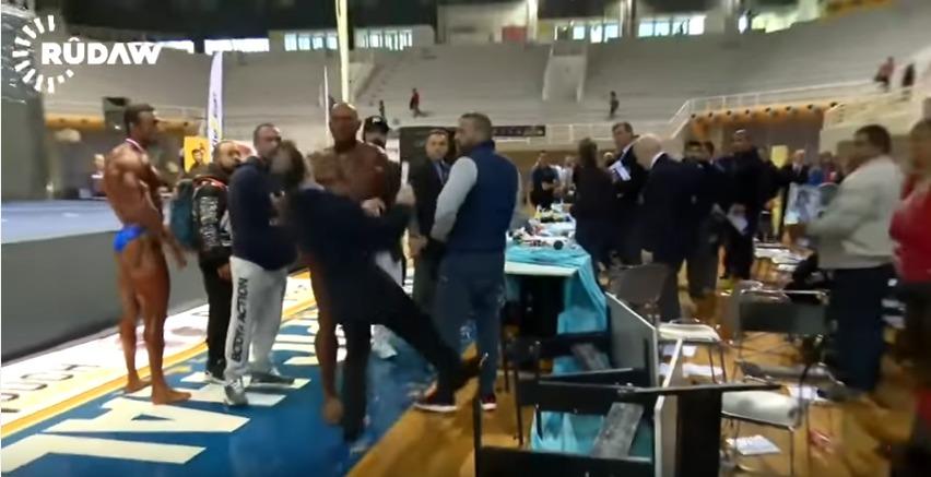Grecia, Body builder picchia il giudice e lo manda ko