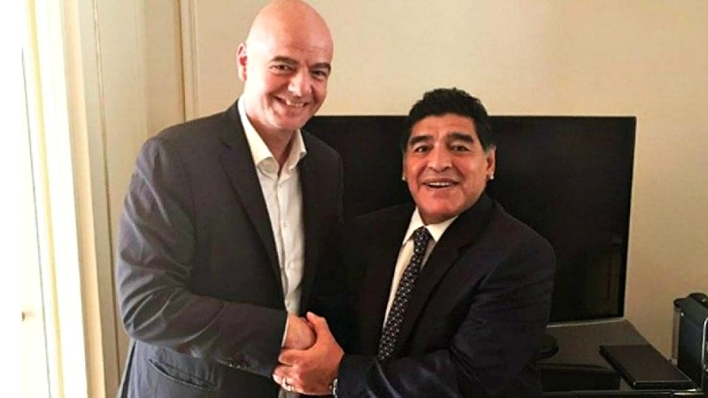 Maradona con Gianni Infantino