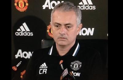 """Mourinho con la maglia dedicata a Claudio Ranieri: """"Il Leicester gli dedichi lo stadio"""""""
