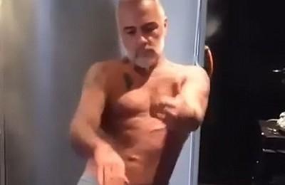 Gianluca Vacchi, amico di Bobo Vieri e Borriello, balla col pisello in bella vista