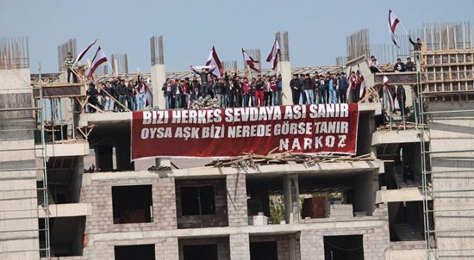 I tifosi dell'Elazigspor creano una curva su un palazzo diroccato vicino allo stadio