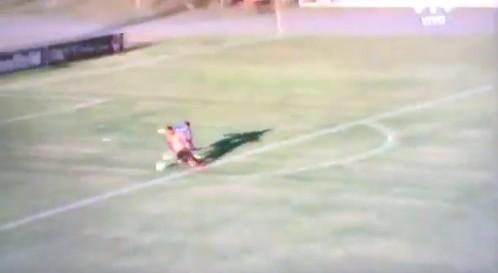 Gol beffardo: sorprende il portiere alle spalle, gli ruba la palla e segna a porta vuota