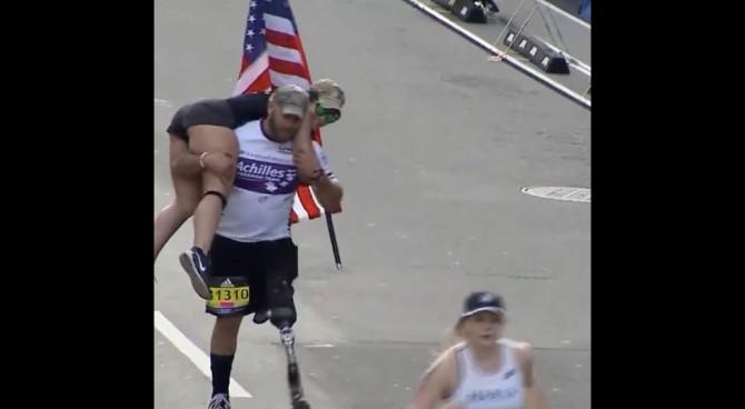 Il veterano senza una gamba si carica sulle spalle la compagna e taglia il traguardo a Boston