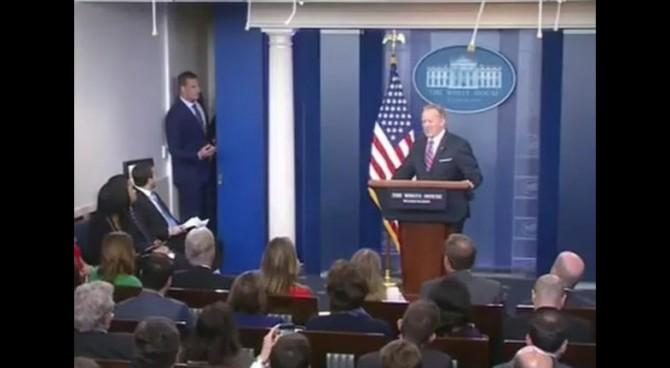 Gronkowski dei New England Patriots irrompe nella conferenza stampa del portavoce della Casa Bianca