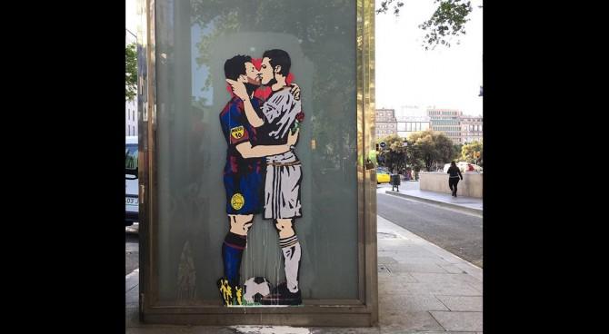Cristiano Ronaldo e Messi si baciano in bocca in un dipinto a Barcellona