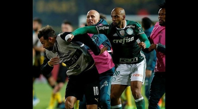 Botte da orbi in Libertadores: Penarol-Palmeiras finisce in rissa, Melo scatenato