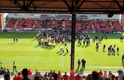 Tifosi invadono il campo del Leyton Orient. Partita col Colchester sospesa