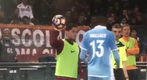 YOUTUBE Roma-Lazio, Totti lancia pallone in faccia a Wallace. Anderson: