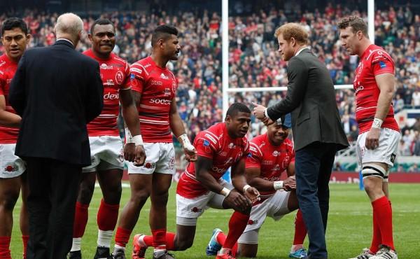 Rugby, i giocatori delle Fiji dell'esercito britannico si inchinano davanti al principe Harry