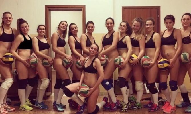 Le ragazze dell'Altair volley festeggiano la promozione senza slip e in reggiseno