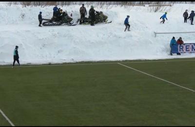Il campo è circondato dalla neve. In Norvegia i raccattapalle in motoslitta