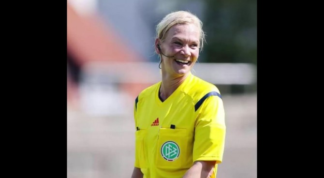 Per la prima volta un arbitro donna in Bundesliga: è la compagna del fischietto inglese Webb
