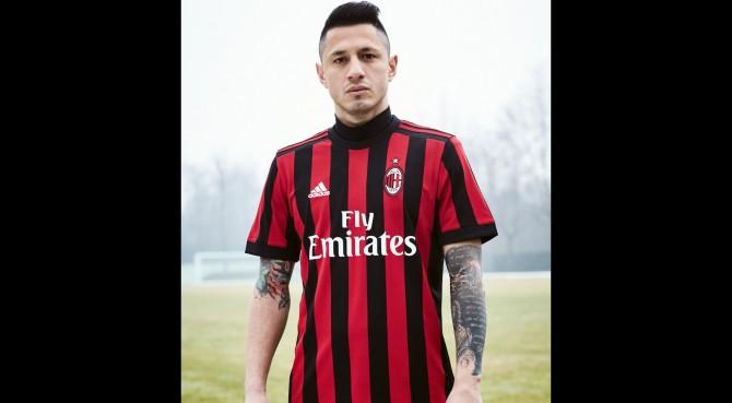 Il Milan presenta la nuova maglia. L'esordio il 21 maggio contro il Bologna