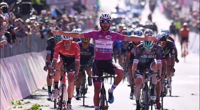 """Giro, poderoso scatto di Gaviria, Dumoulin: """"Risparmiate energie per l'Oropa"""""""