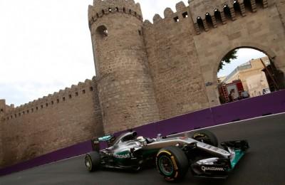 GP di Baku, pole di Hamilton: rifila un secondo alle Ferrari. Altro incidente per le Red Bull