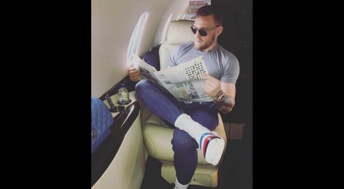 Conor McGregor legge il giornale al contrario con le ciabatte della…Sampdoria