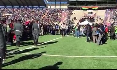 Il presidente della Bolivia Evo Morales inaugura uno stadio e prende a pallonate due soldati