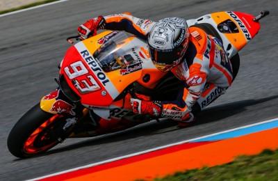 MotoGP, a Brno la pole a Marquez e ottimo secondo Rossi. L'omaggio ad Angel Nieto