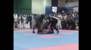 Bodybuilder fa la capriola, si rompe il collo e muore sul colpo