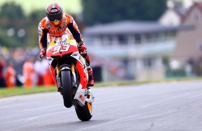 A Brno solo Marquez ha l'intuizione giusta, Rossi costretto a lunga rimonta è quarto