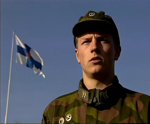 Un giovanissimo Kimi Raikkonen al servizio militare, tra esercizi e ordini ai soldati semplici