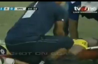Muore un portiere dopo uno scontro di gioco in Indonesia. Il video dell'impatto