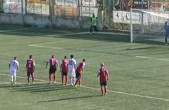 """Giocatore della Turris squalificato per aver urinato verso i tifosi ospiti. Il club: """"Non è vero"""""""