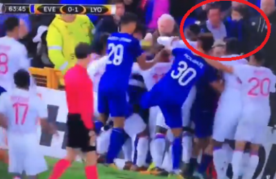 Nel parapiglia di Everton-Lione anche un padre col bimbo in braccio. Indaga la polizia