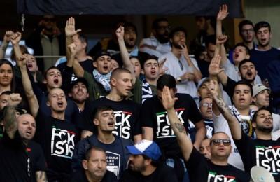 """Lazio, a Nizza i tifosi contro l'Isis. Ma in Inghilterra accusano: """"Sono fascisti"""""""