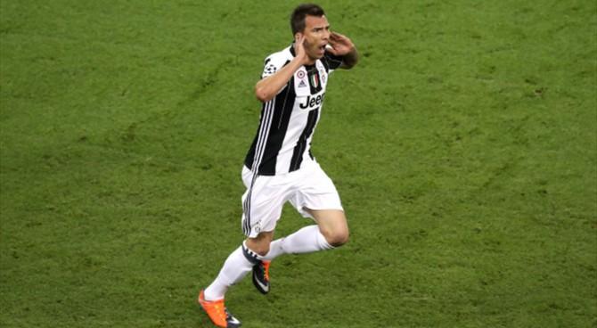 Balotelli esulta all'autogol di Alex Sandro: tifosi della Juventus furiosi