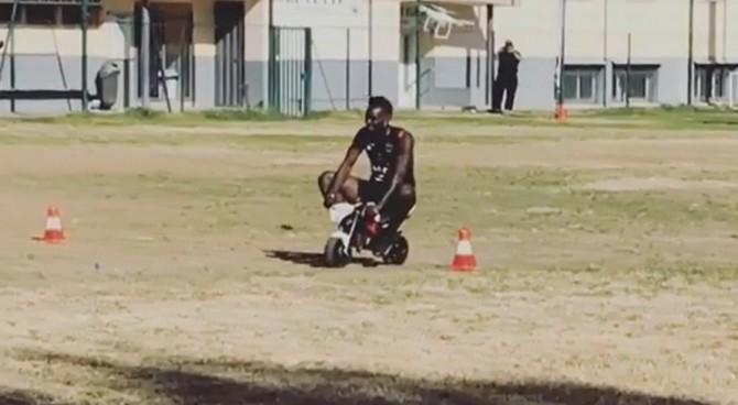 Mario Balotelli sfida l'amico ad una gara con le mini-moto e sono risate generali