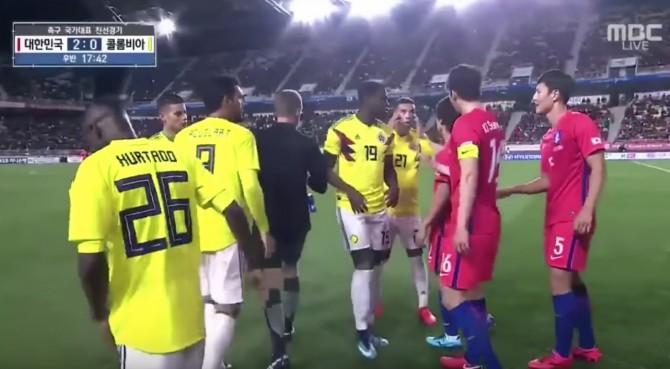 """Corea del Sud-Colombia, gesto razzista di Cardona: """"imita"""" gli occhi a mandorla"""