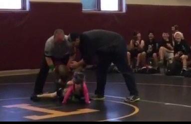 Il bambino interrompe il match di lotta per difendere la sorellina