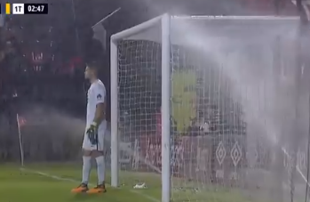Si aprono gli idranti: doccia anticipata per il portiere del Boca Juniors in casa dell'Estudiantes