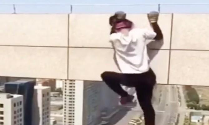 Cina: lo stuntman Wang Yong Ning cade nel vuoto per un selfie