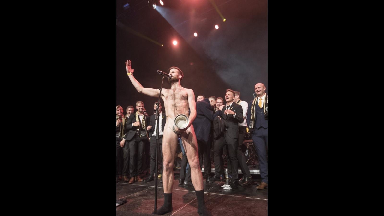 Vince la Coppa e festeggia denudandosi e coprendosi il pene col trofeo