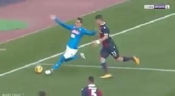 Il Napoli torna in vetta, proteste Bologna per il rigore del 2-1: Callejon toccato crolla