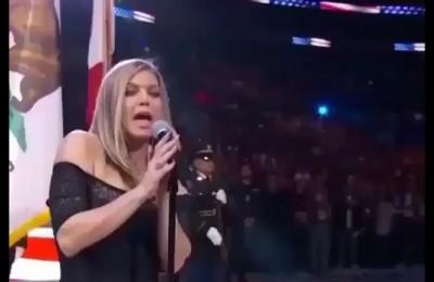 All'All Stars dell'NBA Fergie canta l'inno USA, ma fa davvero schifo