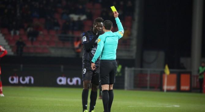 """Balotelli """"zittiste"""" gli insulti razzisti: viene ammonito dall'arbitro. Il Nizza non ci sta"""