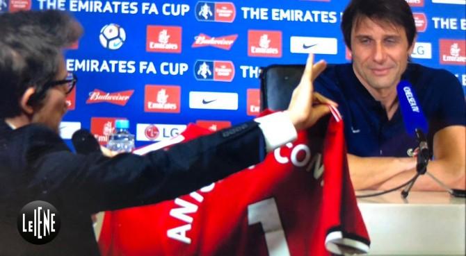 Le Iene irrompono da Conte: rifiutata maglia di Mourinho!